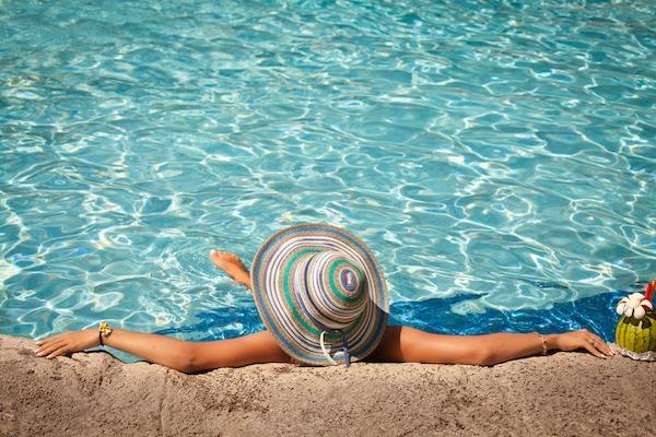 プールに入っている女性