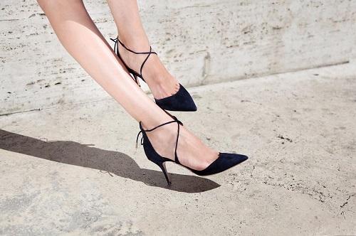 ブラックのパンプスを履いた女性の足